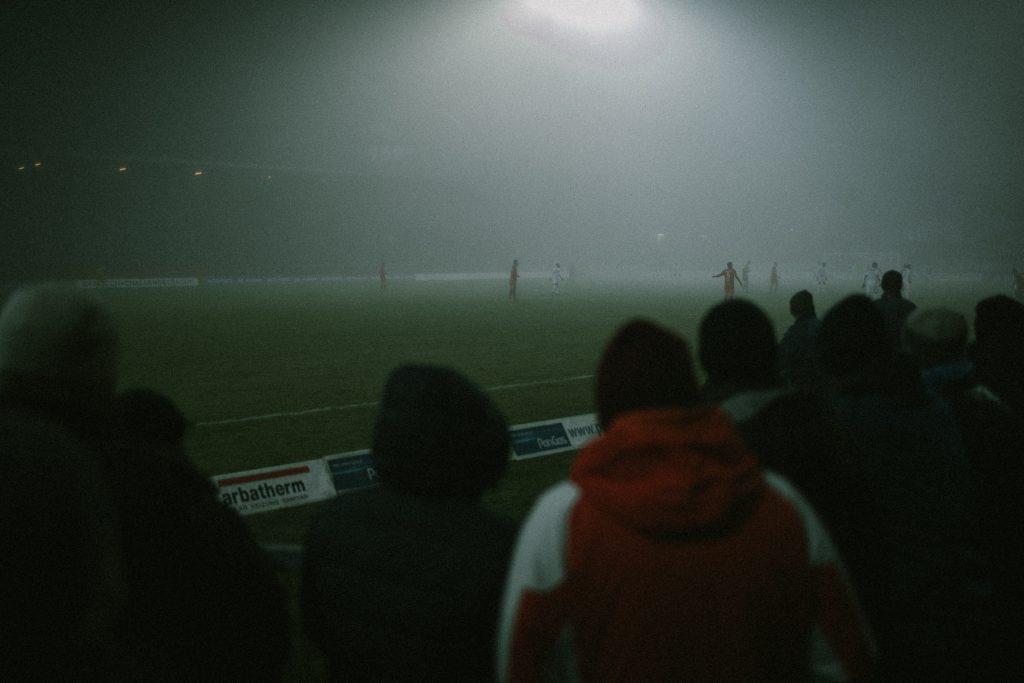 Blick der Fans auf das Spielfeld