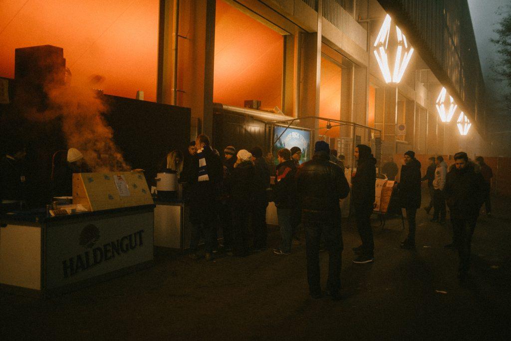 Fans vor dem Stadion Sch�tzenwiese