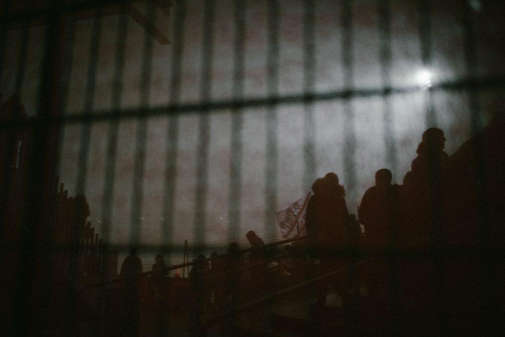 Blick durch die Absperrungen - Stadion Sch�tzenwiese