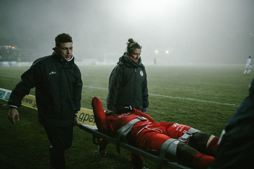 Verletzter FC Winterthur - Spieler wird davon getragen